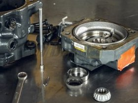 Rozłożony silnik hydrauliczny w serwisie