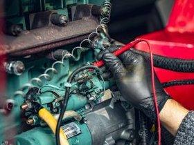 Mechanik diagnozuje usterkę elektryczną silnika spalinowego Deutz