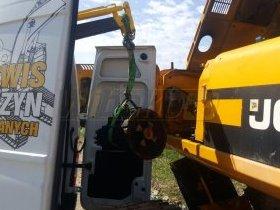Samochód serwisowy w trakcie wyładunku pompy hydraulicznej